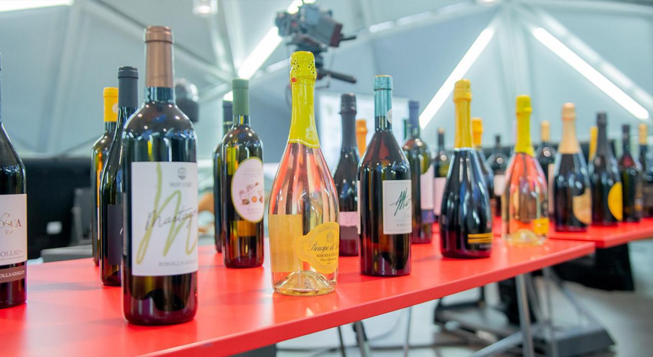 Bottiglie di Ribolla Gialla in mostra durante la presentazione a Civibank